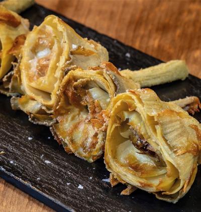 Alcachofas fritas con salsa romescu